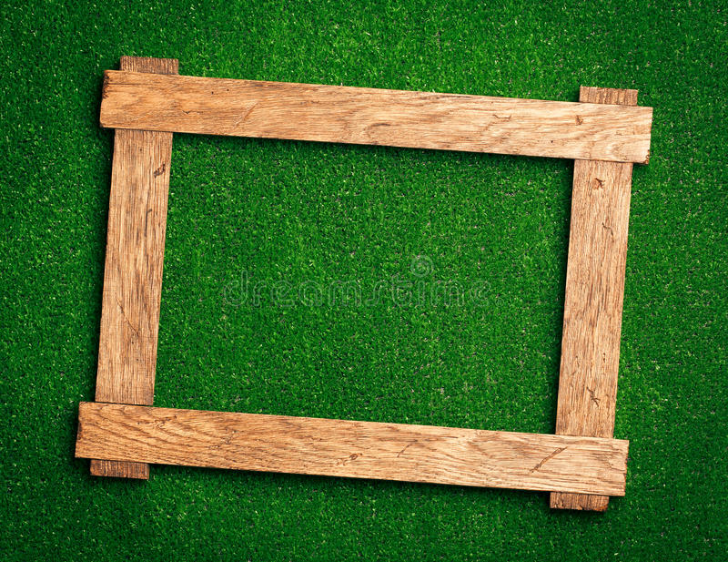 Holzrahmen auf Grün lizenzfreie stockbilder