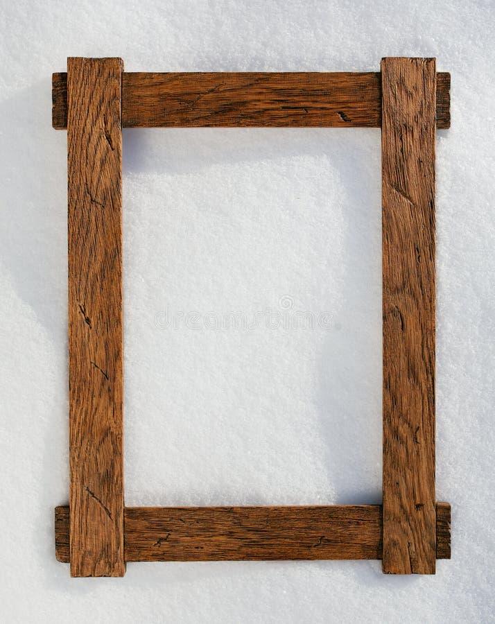 Holzrahmen auf natürlichem Schnee lizenzfreie stockbilder