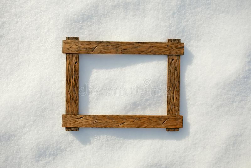 Holzrahmen auf natürlichem Schnee lizenzfreie stockfotos