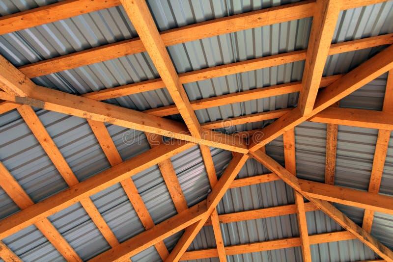 Holzrahmen des neuen Dachs von innen Bau-Rahmen stockbilder