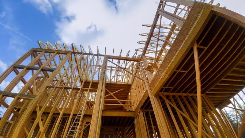 Holzrahmen eines Hauses, Neubau des vollen Rahmens von einer Gestaltung des neuen Hauses eines Hauses, voller Rahmen stockfotografie