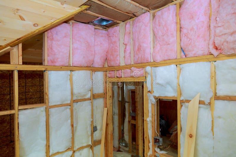 Holzrahmen für die zukünftigen Wände isoliert mit Steinwolle- und Fiberglasisolierung lizenzfreie stockbilder