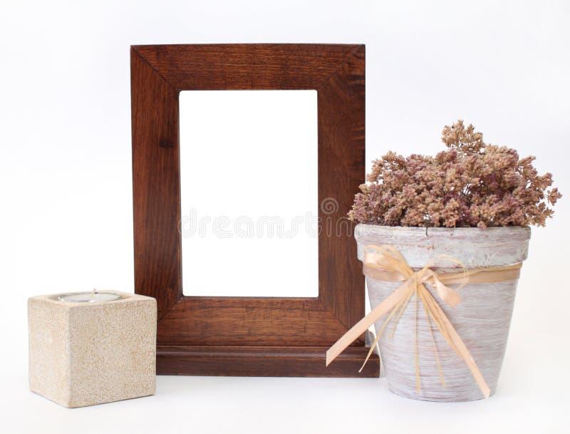 Holzrahmen-, Kerzenhalter- und Blumenpotentiometer stockfotos
