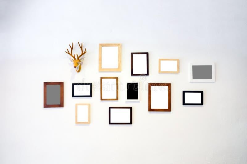 Holzrahmenfoto verzieren auf weißer Wand stockbild