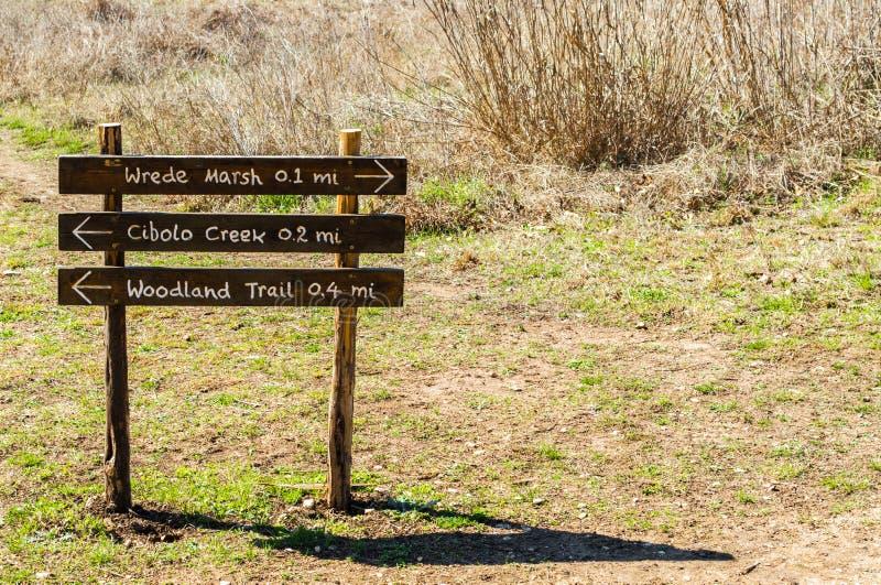 Holzschild in der Cibolo-Natur-Mitte in Texas lizenzfreie stockfotografie