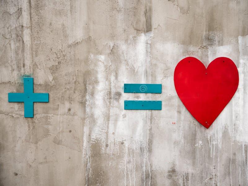 Holzschild plus Gleichgestelltes zum Herzen stockfotografie