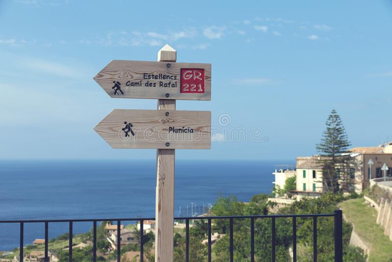 Holzschilder für touristische Wege in Banyalbufar Majorca stockfotografie