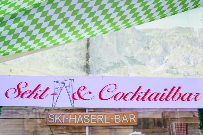 Holzschilder an von der deutschen oktoberfest beziehenden Champagnersekt und vom Cocktailbereich, in dem Leute Alkohol kaufen kön stockfotografie