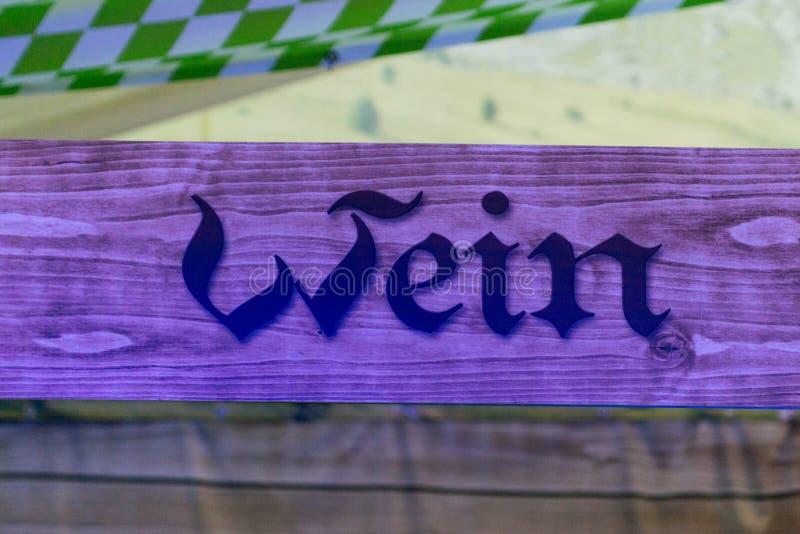 Holzschilder von einer Bar am deutschen oktoberfest, auf die Weingegend beziehend, in der Leute Alkohol kaufen können stockfoto