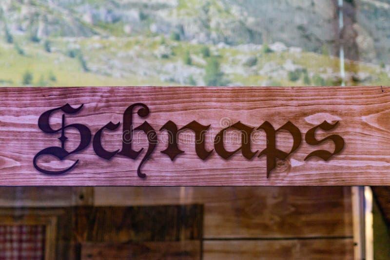 Holzschilder von einer Bar am deutschen oktoberfest beziehenden SchussSchnapsbereich, in dem Leute Alkohol kaufen können lizenzfreie stockfotografie