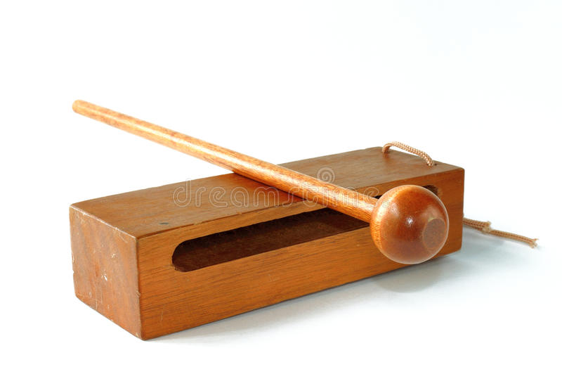 Holzschnitt mit Holzhammer auf Weiß stockfoto