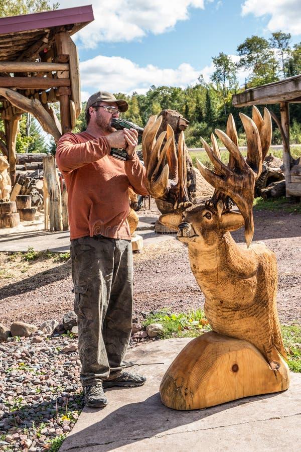 Holzschnitzer, der Endarbeit erledigt stockfoto