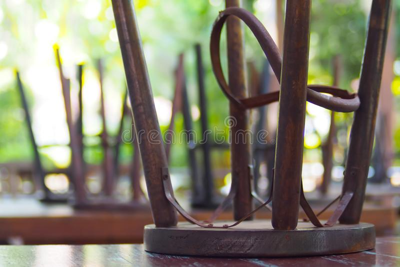 Holzst?hle mit den Stahlbeinen lizenzfreie stockfotografie