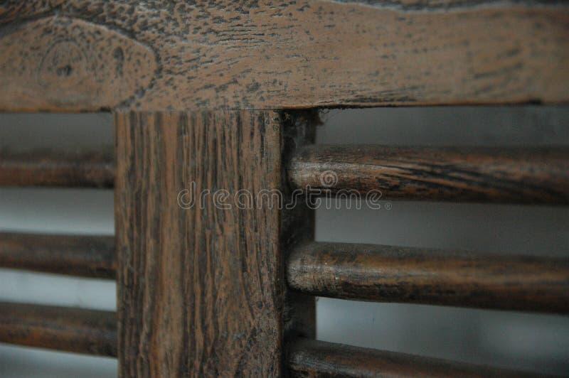 Holzstühle verwischen Hintergrundbraunfarbalten Möbelklassiker niemand lizenzfreie stockfotografie