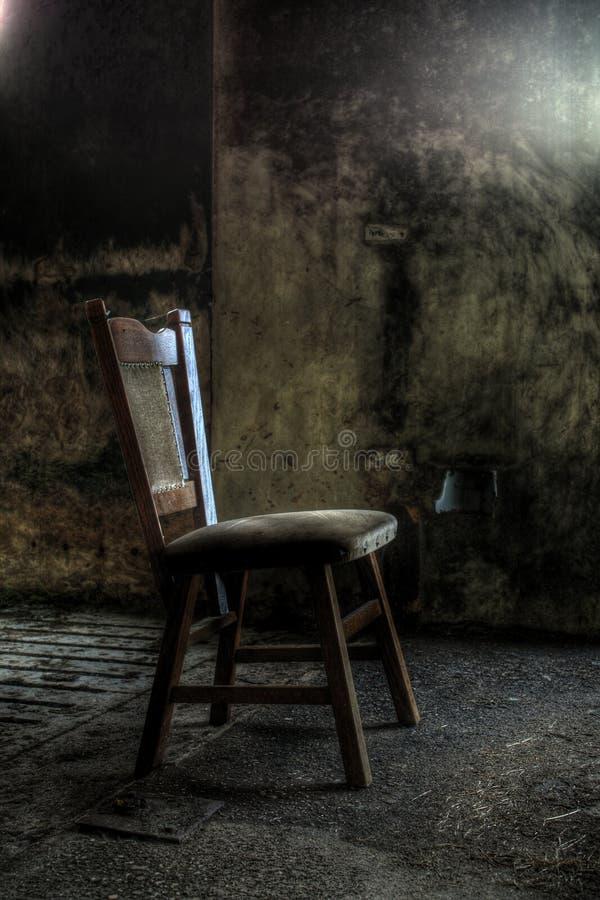 Holzstuhl im aufgegebenen Haus lizenzfreies stockfoto
