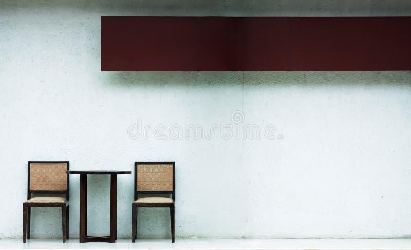 Holzstuhl zwei außerhalb der weißen Wand mit Raum außen lizenzfreies stockfoto