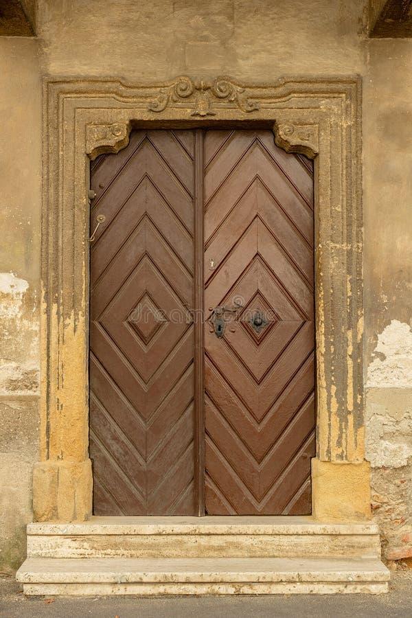 Holztür in der alten Straße in Zagreb stockfotos