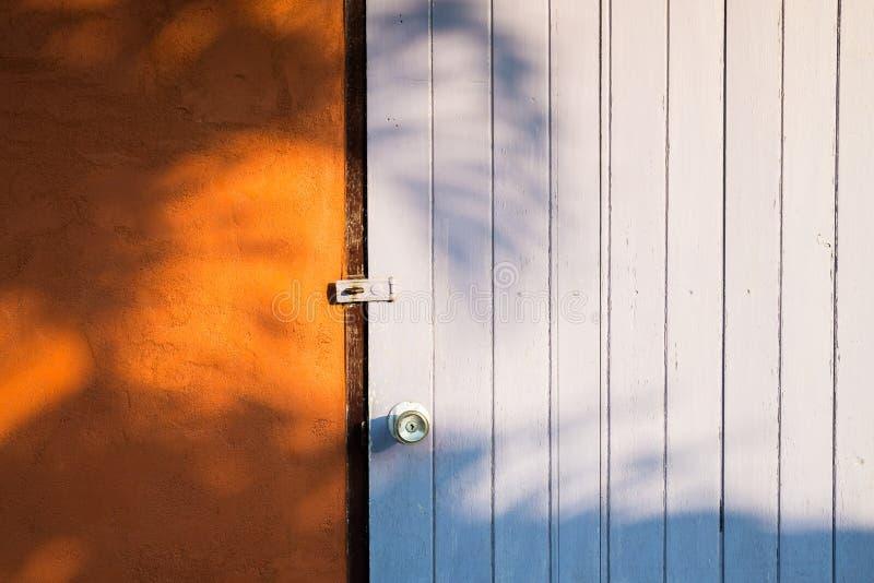 Holztür des bunten Landhauses mit Sonnenlichtabend stockfotos