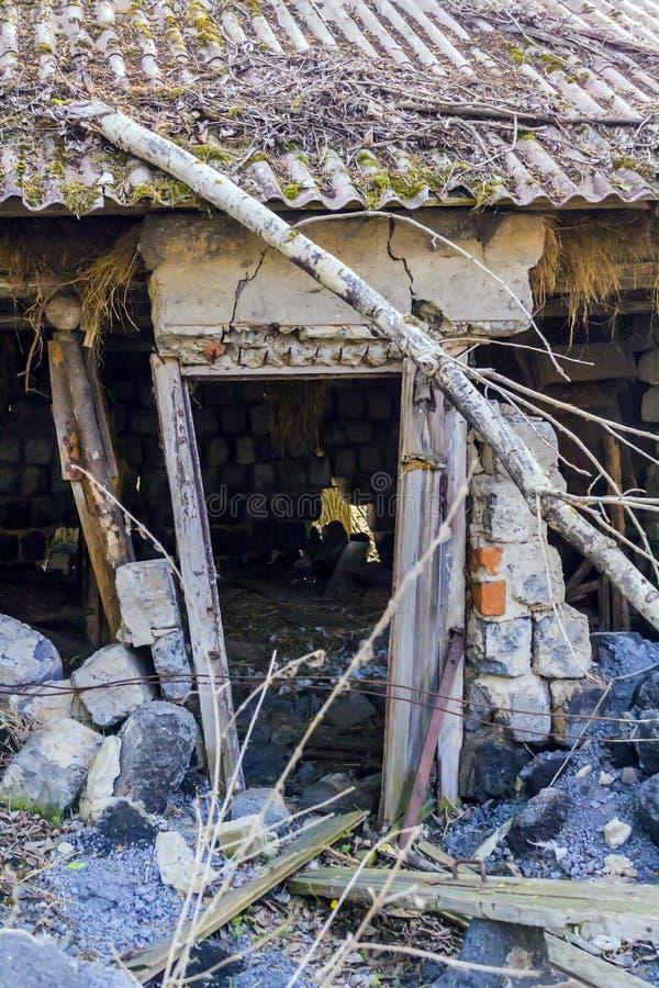 Holztür eines zerstörten Hauses stockfotos