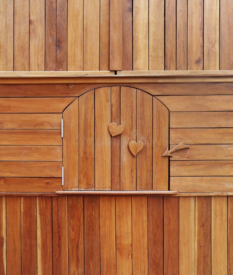 Holztür im hölzernen Kabinett stockfotografie