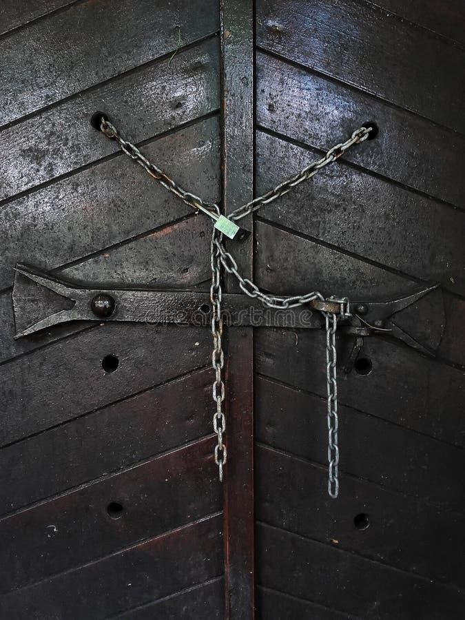 Holztür mit Kette und Verschluss lizenzfreie stockfotos
