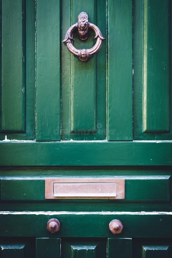 Holztür mit Klopfer und Briefkasten stockfotografie