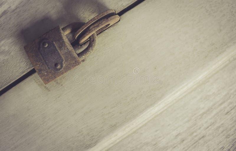 Holztür mit rostigem Verschluss lizenzfreie stockfotografie