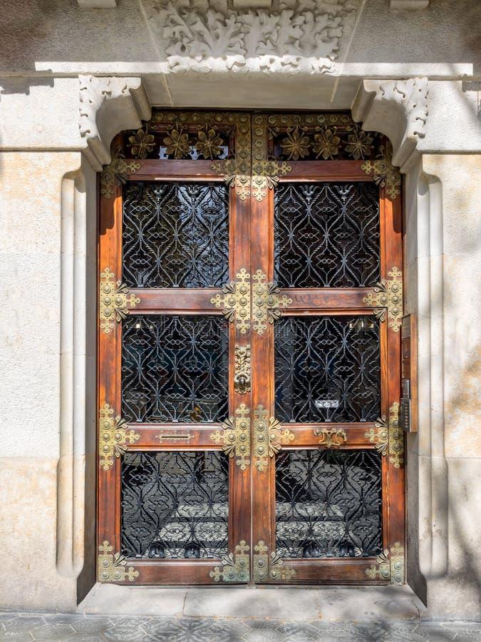 Holztür mit Verzierungen, fand in Barcelona, lizenzfreies stockbild
