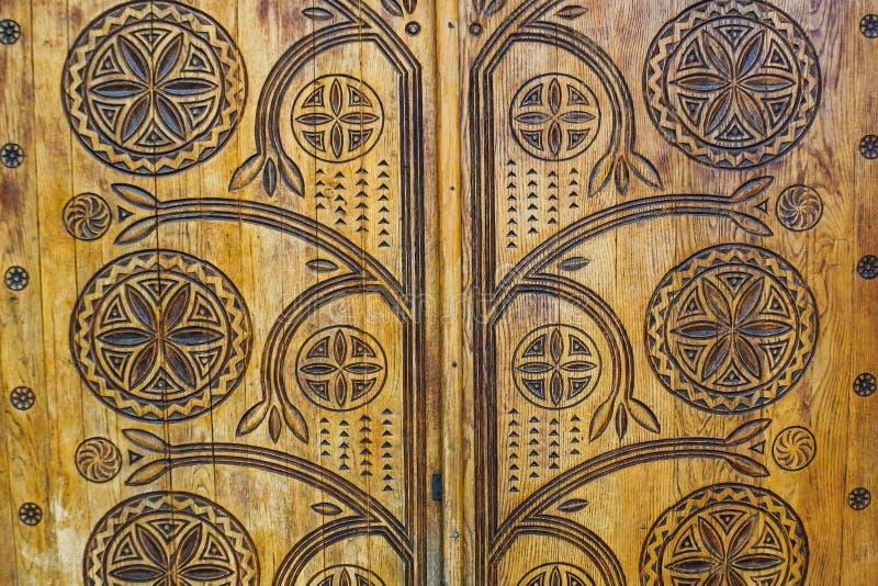 Holztür mit Zusammenfassungen lizenzfreie stockfotos