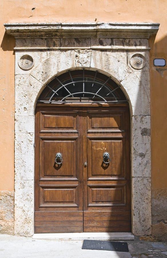 Holztür. Narni. Umbrien. Italien. stockbilder