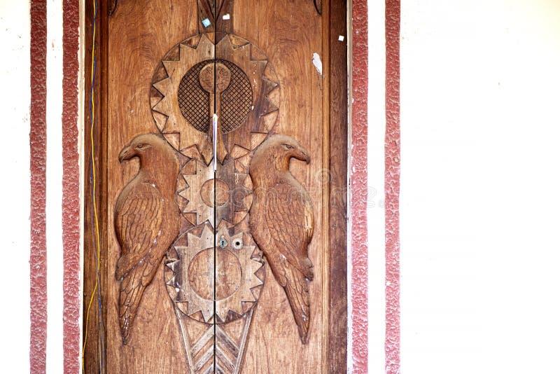 Holztüren mit geschnitztem Vogelentwurf lizenzfreie stockfotografie