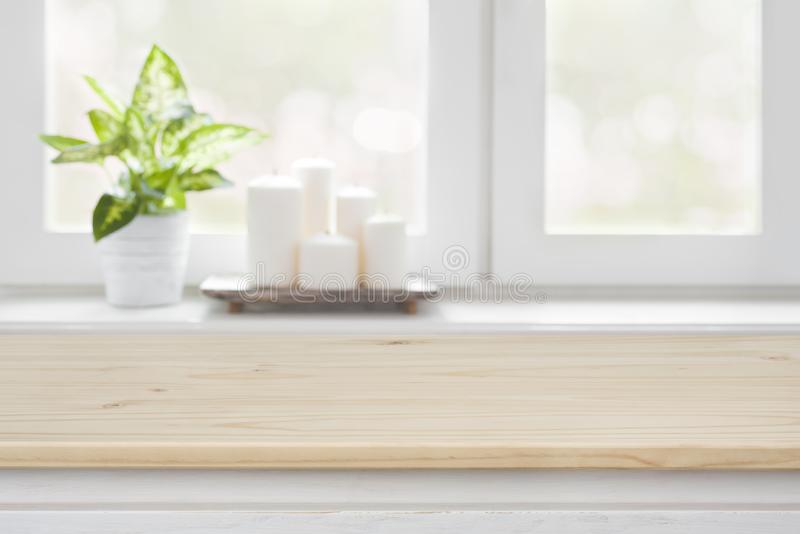 Holztisch über unscharfem Fensterbretthintergrund für Produktanzeige lizenzfreies stockfoto