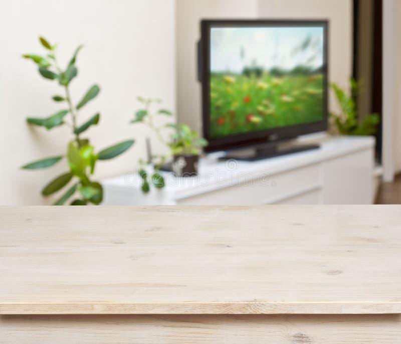 Holztisch auf Aufenthaltsraumraum-Innenraumhintergrund lizenzfreies stockbild
