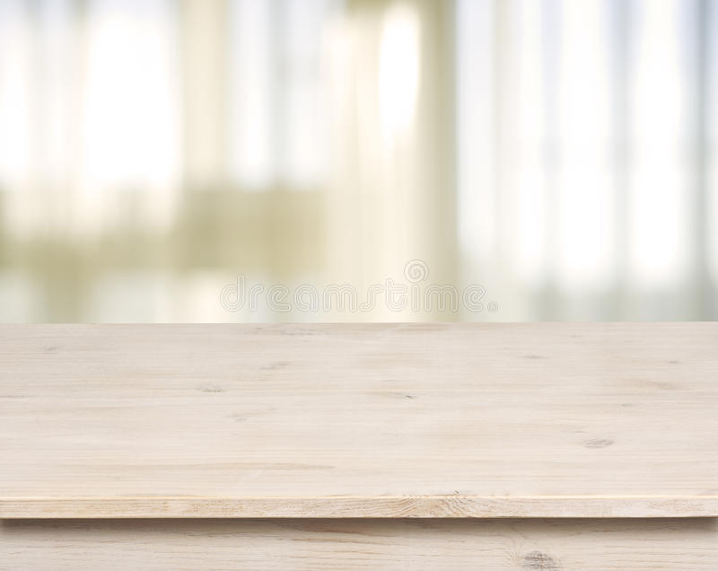 Holztisch auf defocuced Fenster mit Vorhanghintergrund stockfotografie