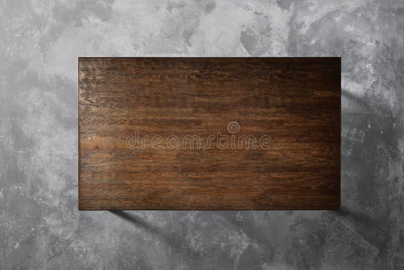 Holztisch auf einem konkreten Hintergrund stockbilder