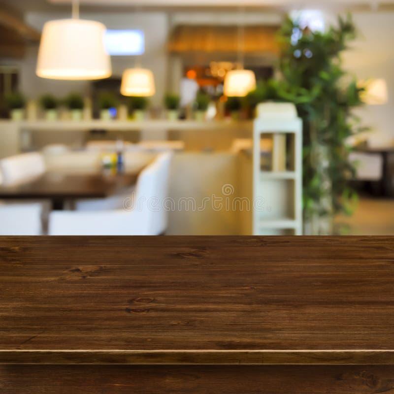 Holztisch auf unscharfem Rauminnenraumhintergrund stockfotografie