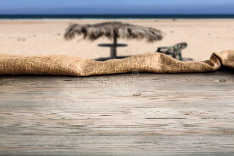 Holztisch mit Hintergrund stockfotografie