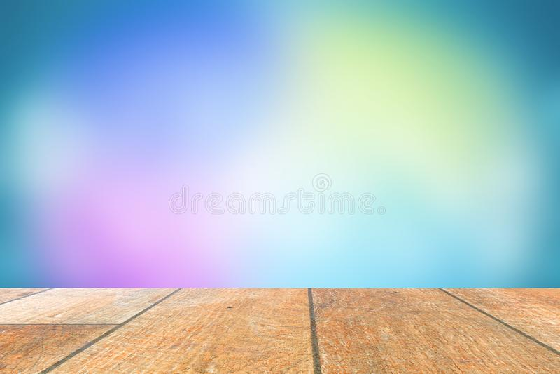Holztisch mit leerem Raum Es gibt viele farbigen verwischten Pastellhintergründe stockfotos
