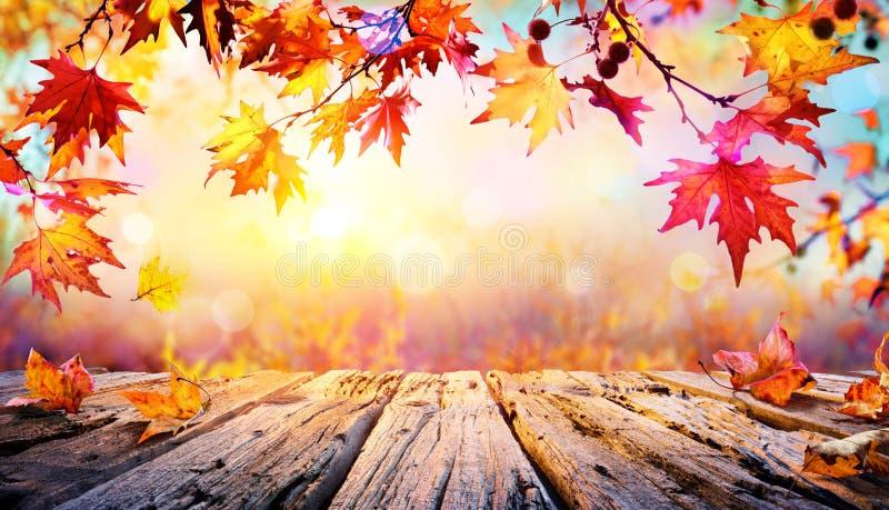 Holztisch mit roten Blättern stockbilder