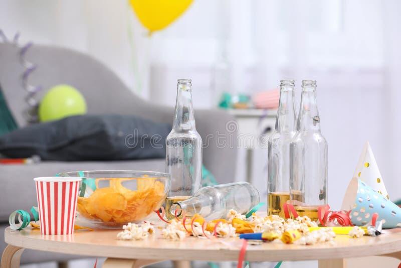 Holztisch mit Verwirrung nach Partei stockfotografie
