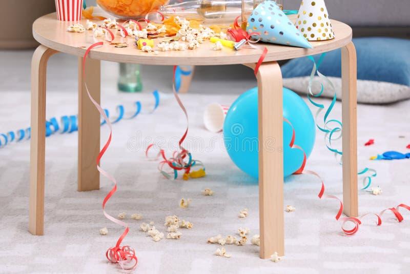 Holztisch mit Verwirrung nach Partei lizenzfreie stockfotos