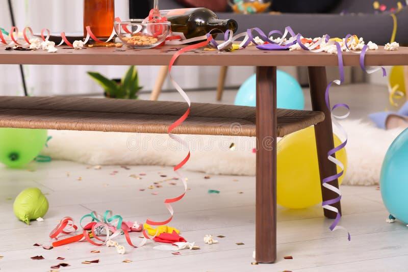 Holztisch mit Verwirrung nach Partei lizenzfreie stockfotografie