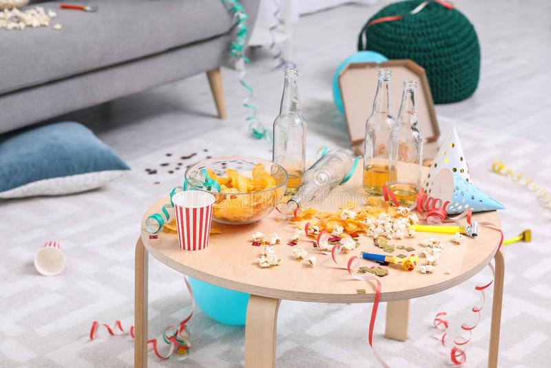 Holztisch mit Verwirrung nach Partei stockbild