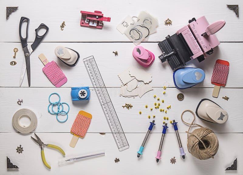 Holztisch mit Werkzeugen für das Scrapbooking stockfotos