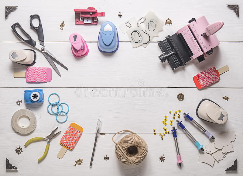 Holztisch mit Werkzeugen für das Scrapbooking lizenzfreie stockfotografie