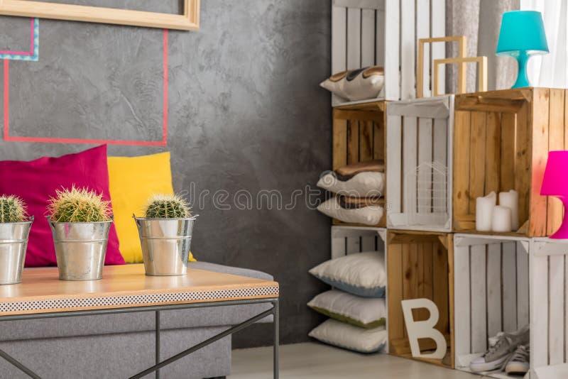 Holztisch und diy regale lizenzfreie stockfotos