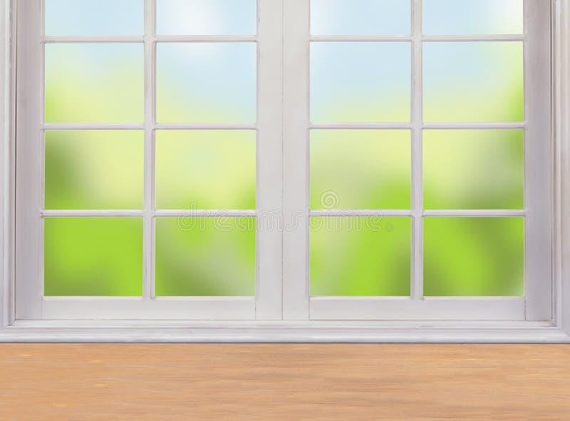 Holztisch und Fenster und Natur lizenzfreie stockfotos