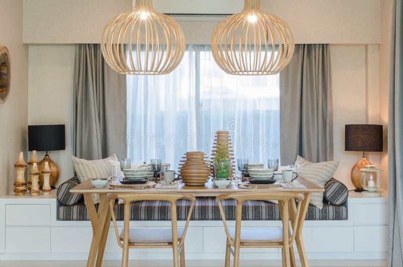 Holztisch und Stuhl im modernen dinning Raum stockfotografie
