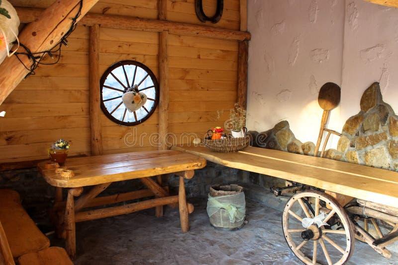 Holztisch und Wand Eine wunderbare Ecke des Hauses im Dorf lizenzfreie stockfotografie