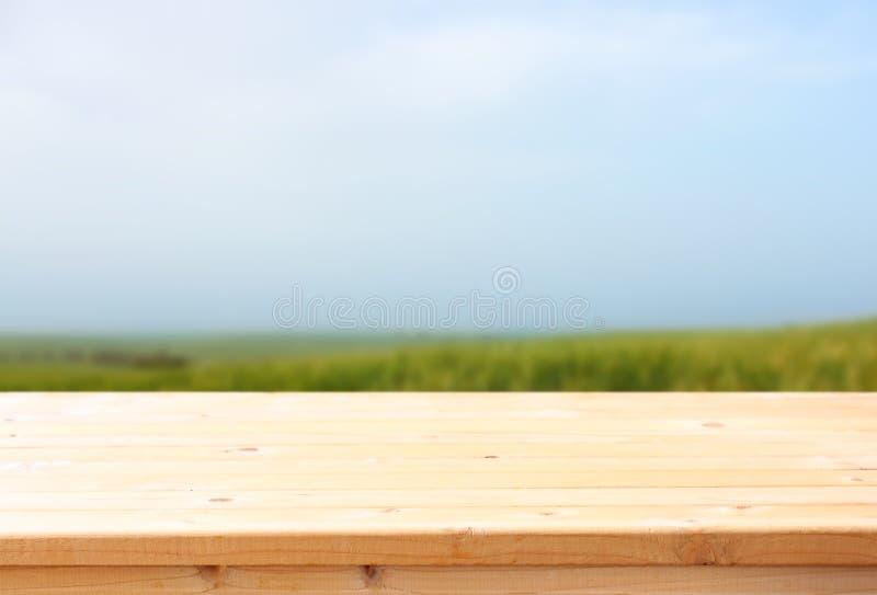 Holztisch- und Wiesenhintergrund bereite Nahrungsmittelanzeige stockfotos